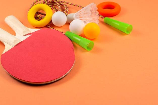 Sportuitrusting geïsoleerd op oranje