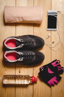 Sportuitrusting op de houten vloer. bovenaanzicht