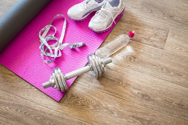 Sportuitrusting op tegelvloer