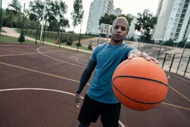 Sportuitrusting. selectieve aandacht van een oranje bal die wordt gebruikt voor het spelen van basketbal