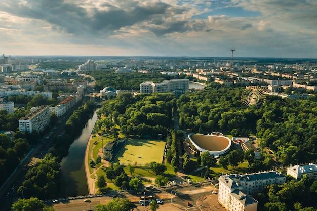 Sportveld en sportcomplex in het gorky park van de stad in minsk, voetbalveld en hockeycomplex in de stad minsk, wit-rusland.