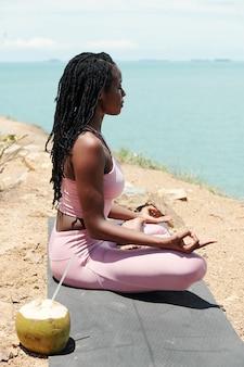 Sportvrouw concentreert zich op haar adem