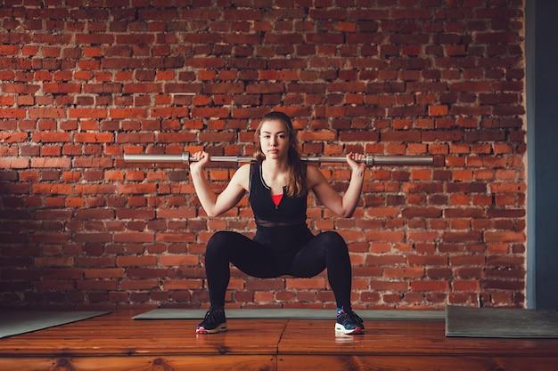 Sportvrouw die een oefening doet
