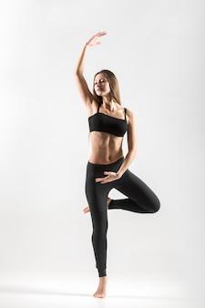 Sportvrouw die haar evenwicht
