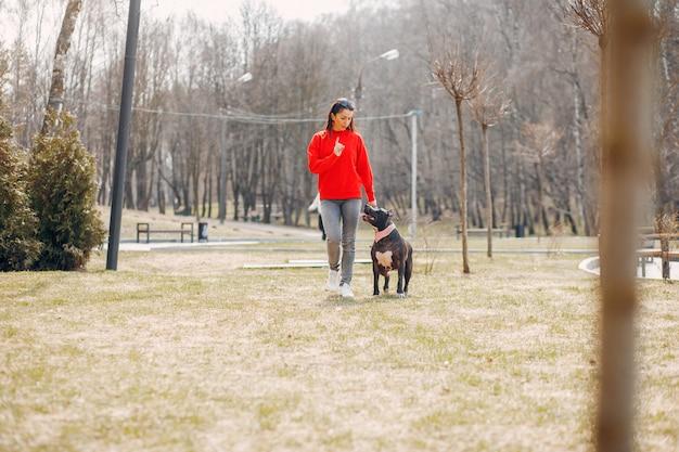 Sportvrouw in het park