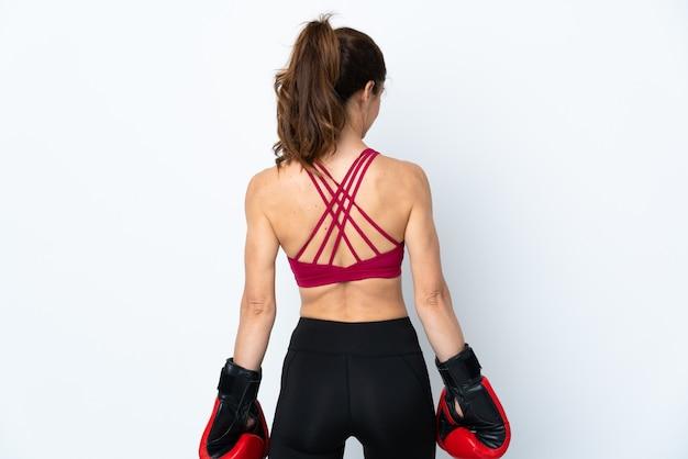 Sportvrouw over geïsoleerd wit met bokshandschoenen