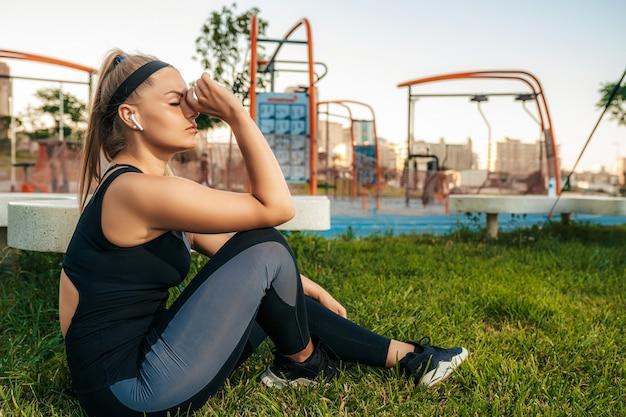 Sportvrouw rusten en luisteren naar muziek