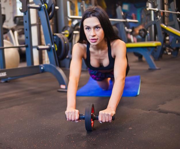 Sportvrouw uitoefenen op de sportschool