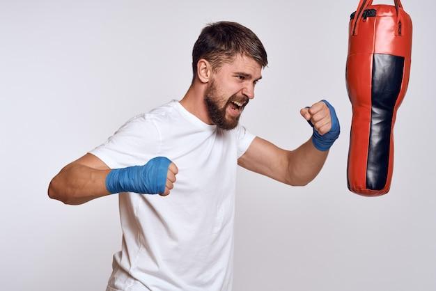 Sportwagen bokszakverbanden op de handen van de oefening.