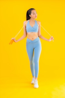 Sportwear van de portret mooie jonge aziatische vrouw sportwear met kabel