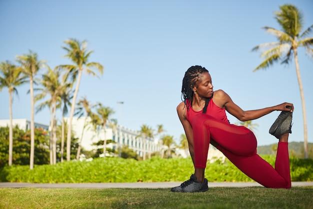 Sportwoman benen strekken