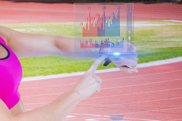 Sportwoman het regelen van haar vooruitgang met haar smartwatch