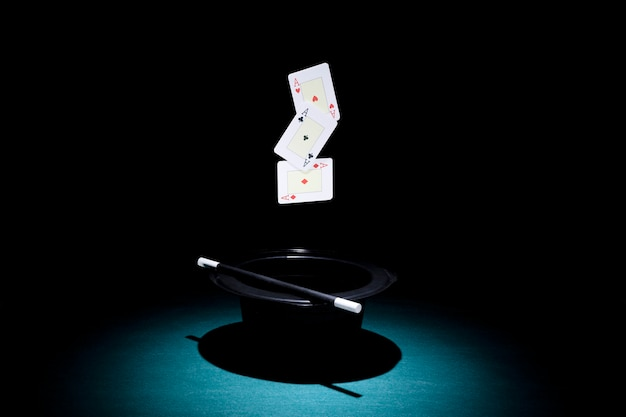 Spot licht over de hoge hoed met drie azen speelkaart