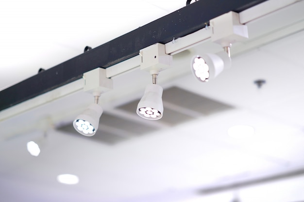 Spotlichtlampen geïnstalleerd op hoge balk