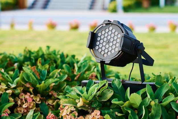 Spotlight-lamp in de tuin. tuin verlichte decoratie