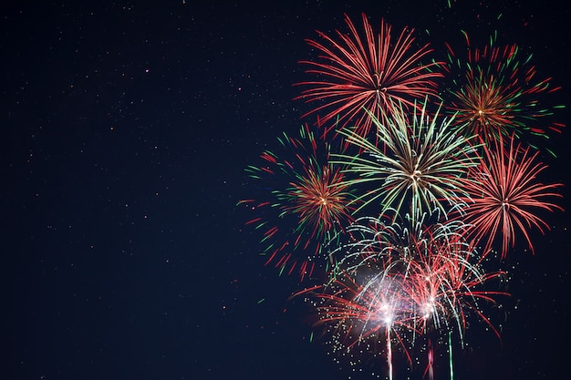 Sprankelend rood groen geel vuurwerk