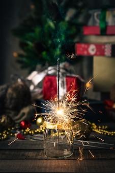 Sprankelende bengalen lichten, kerstboom, decoraties op hout