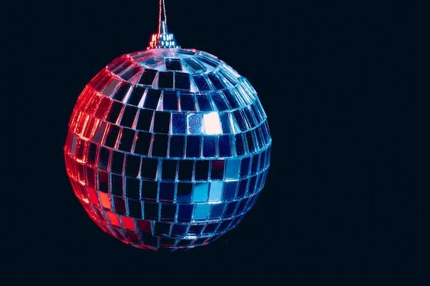 Sprankelende discoballen hangen