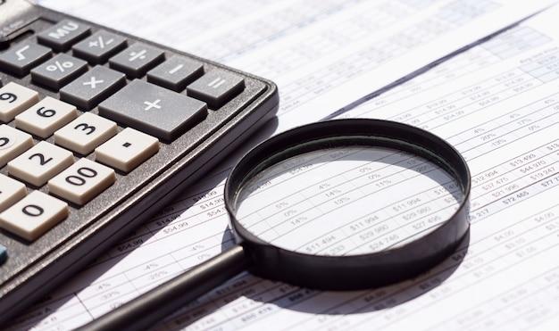 Spreadsheet bankrekeningen boekhouding met rekenmachine en vergrootglas.