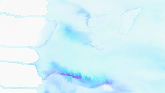 Spreid blauwe waterverftextuur op witte achtergrond uit