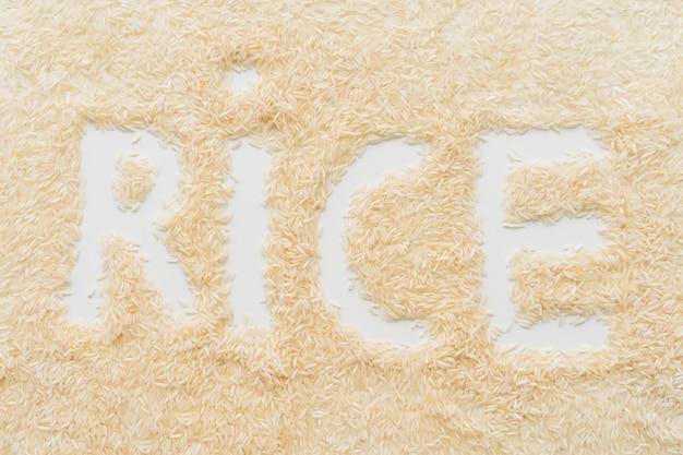 Spreid rijst met de tekst van het rijstwoord over witte achtergrond uit