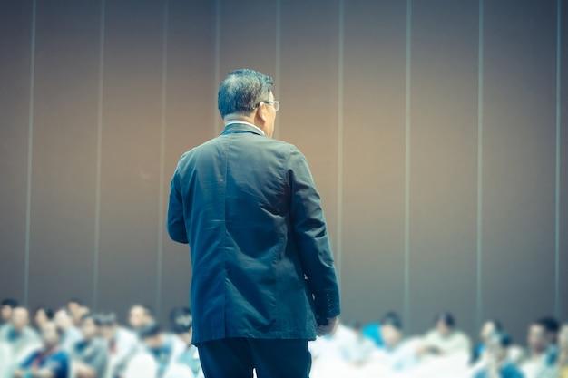 Spreker geeft een gesprek op zakelijke business conference.