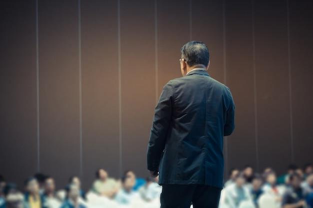 Spreker geeft een gesprek op zakelijke business conference
