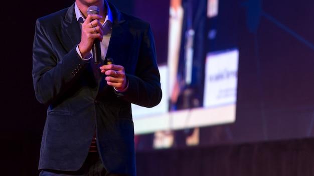 Spreker geeft een lezing in conferentiezaal op bedrijfsevenement.