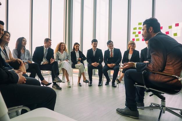 Spreker houdt een toespraak op zakelijke bijeenkomst. publiek in de vergaderzaal. zakelijk en ondernemerschap. panoramische compositie geschikt voor banners