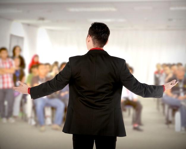 Spreker op conferentie en presentatie