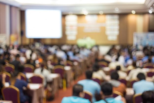 Spreker op stadium en het geven van bespreking op commerciële vergadering.
