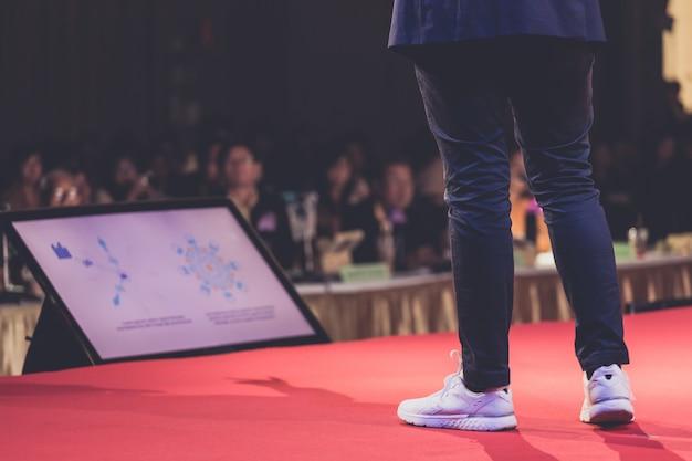Spreker op stadium in een conferentieruimte