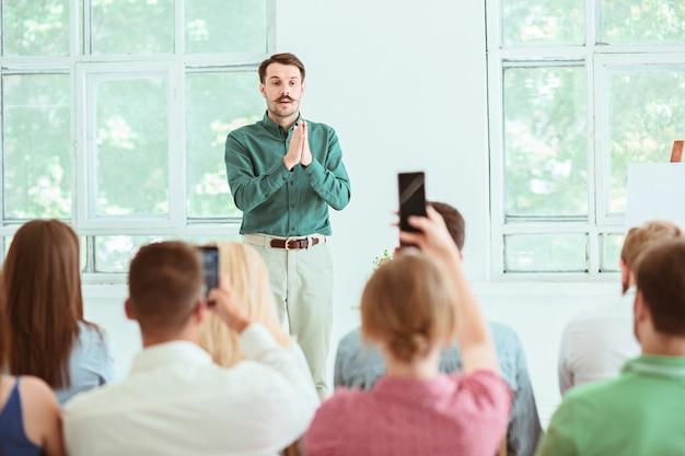 Spreker op zakelijke bijeenkomst in de conferentiezaal. bedrijfs- en ondernemerschap concept.