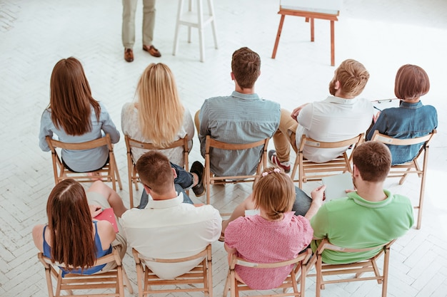 Spreker op zakelijke bijeenkomst in de conferentiezaal.