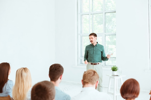 Spreker op zakelijke bijeenkomst in de vergaderzaal.