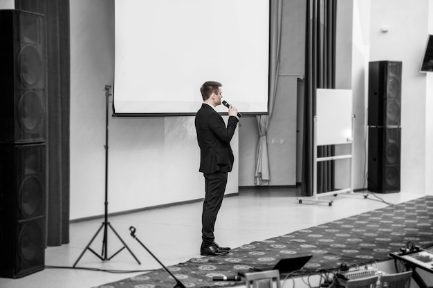 Spreker op zakelijke conferenties die voor het bestuur staan voor zakelijke presentaties