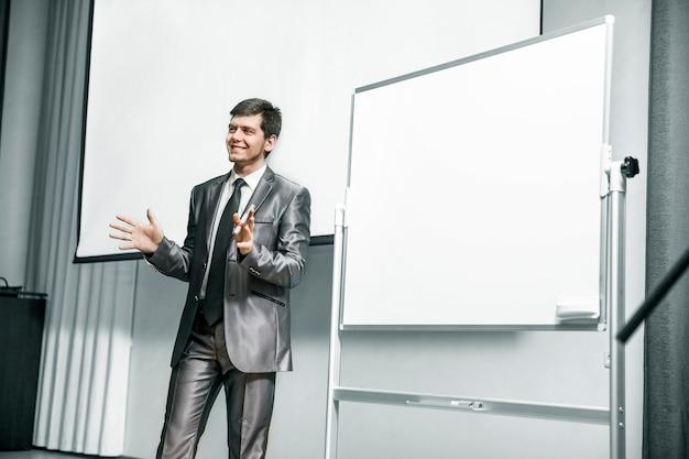 Spreker op zakelijke conferenties die voor het bord staan
