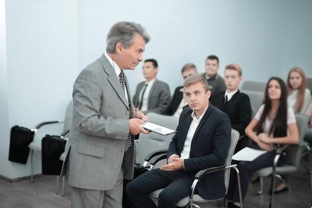 Spreker praten op zakelijke zakelijke conferentie