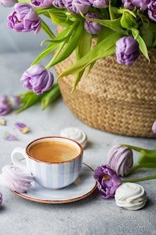 Spring flat lag met koffie, boeket tulpen en marshmallows