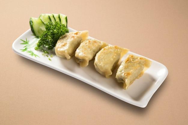 Spring rolls - gebakken groenteloempia's geserveerd met zoete chilisaus. detailopname.