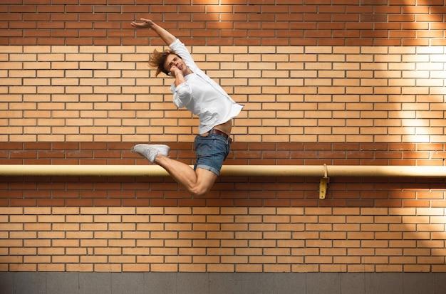 Springende man in de stad, balletdanser