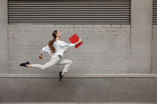 Springende vrouw in de stad, balletdanser