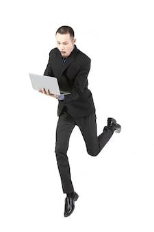 Springende zakenman met laptop computer die op wit wordt geïsoleerd