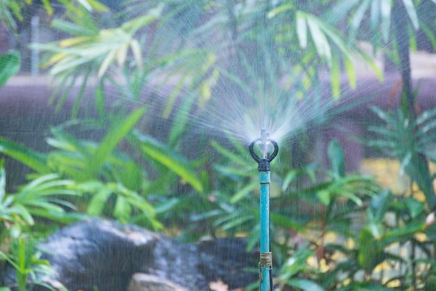 Sprinkler water geven voor planten in de tuin of park