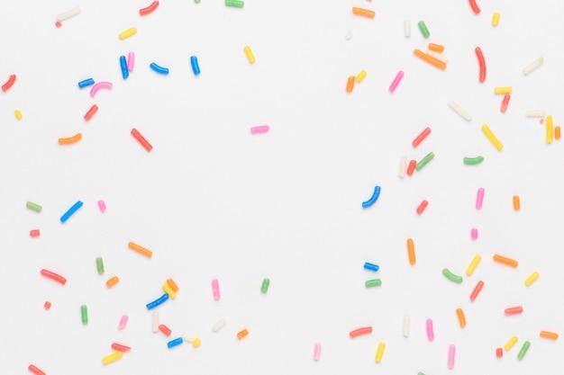 Sprinkles op gebroken wit behang