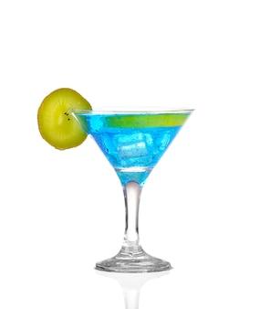 Sprite drinkt whit sparkllng soda en ijs in glas geïsoleerd op wit