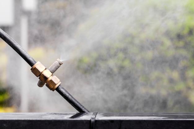 Sproeiers. apparatuur voor het toevoegen van vocht in de tuin.