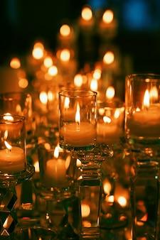 Sprookjesachtig beeld van brandende kaarsen in het donker