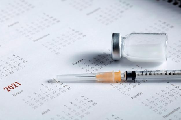 Spuit en vaccin bovenaan de kalender van 2021
