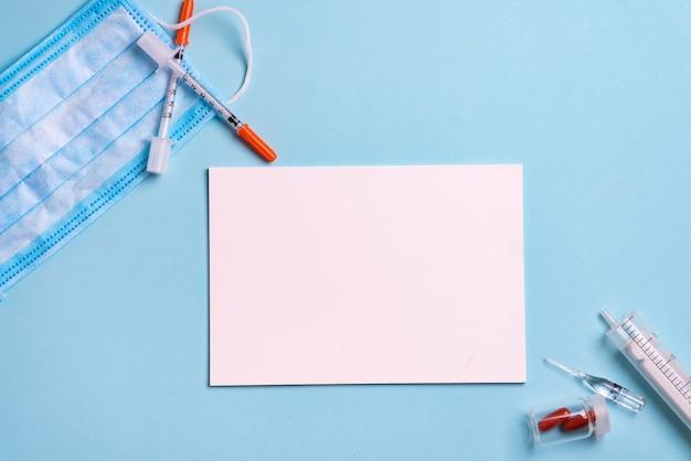 Spuiten, pillen en papier met kopie ruimte